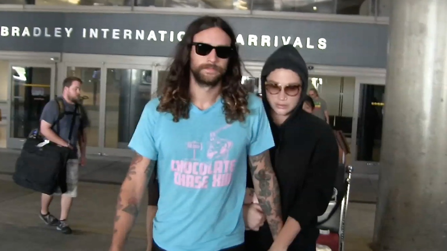 FRANCE ONLY - Kesha Clings To Boyfriend Brad Ashenfelter At LAX After Romantic Vacation In Fiji