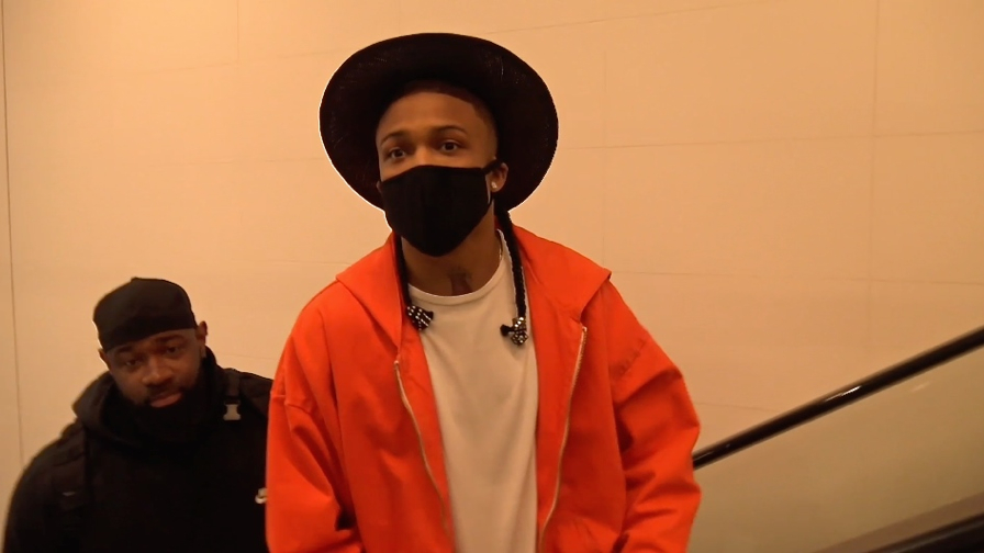 FRANCE ONLY - Rapper August Alsina Explains Why He s Covered His Face At LAX