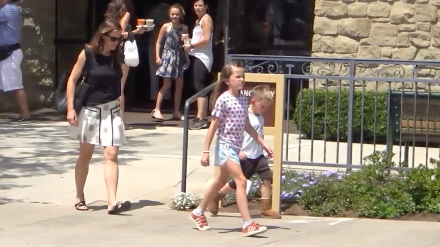 FRANCE ONLY - Jennifer Garner Surrounded By Paparazzi After Ben Goes Public With Cheating Scandal