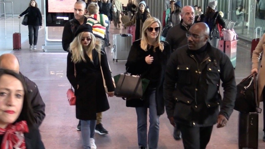 EXCLUSIVE : Reese Witherspoon arrive at Paris airport with daughter Ava, son and husband