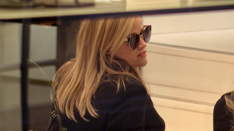 EXCLUSIVE : Reese Witherspoon go shopping in Paris with daughter Ava and husband