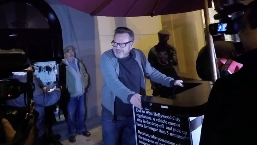 FRANCE ONLY - Tom Arnold Is Asked About The Irony Of OJ Criticizing Colin Kaepernick