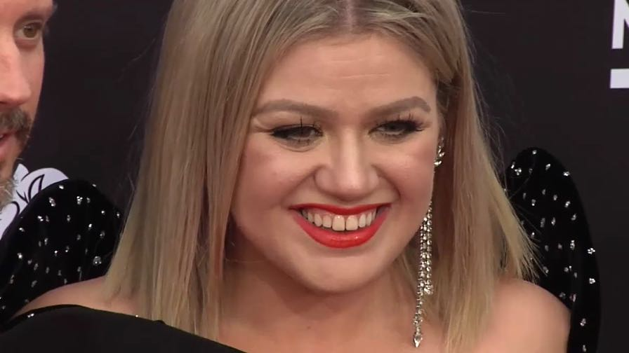 Kelly Clarkson on the red carpet for the 2018 Billboard Music Awards